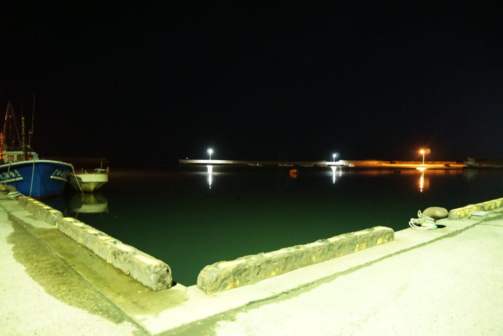 夜間の湾内の様子