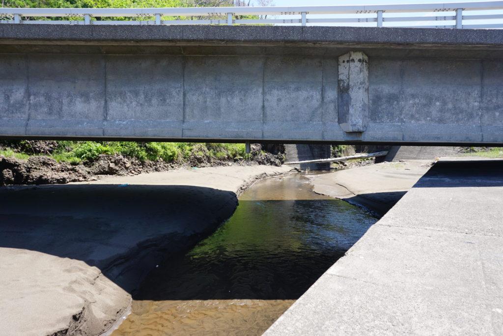 東側堤防外洋は河川が流れ込んでいる
