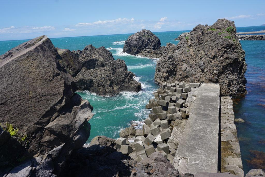 弁天岩から能生漁港を撮影した様子