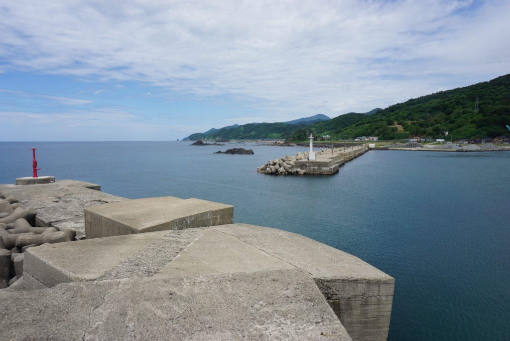赤灯台堤防からみる白灯台堤防の眺め